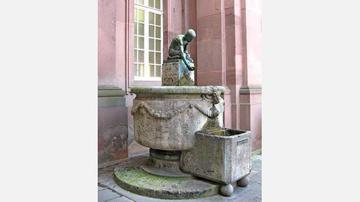 Brunnen vor der kleinen Kirche