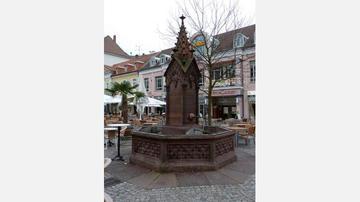 Neugotischer Brunnen auf dem Ludwigsplatz